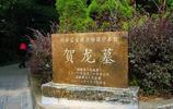 由兩把菜刀石碑組成的賀龍元帥墓:銅像面向家鄉,有著獨特寓意