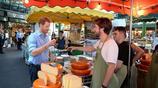 英國哈里王子走訪博羅市場 與攤販熱聊品嚐起司