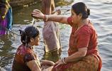 印度女子公然在街頭洗澡,遊客看了都臉紅!恆河漂浮物嚇壞遊客!