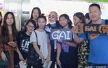 歌手GAI現身機場,遭迷妹圍堵要簽名,稱:不喜歡這樣!