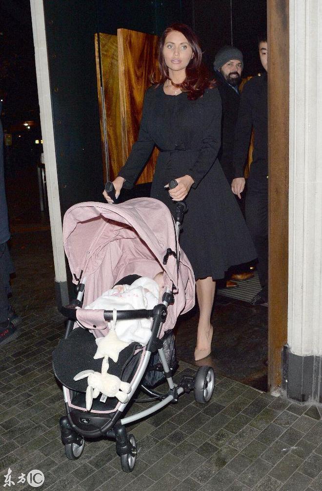 英國著名女星埃米·柴爾茲帶著小北鼻外出,全程微笑散發母愛柔光