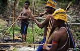 實拍文明社會中的原始部落,茹毛飲血群居生活,用標槍趕跑入侵者