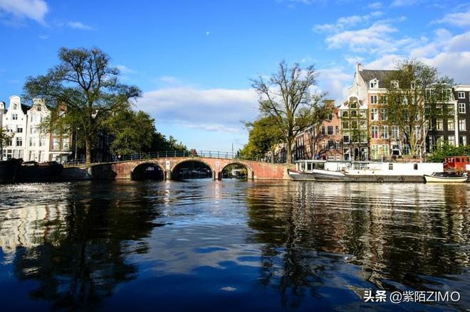 歐洲還有一座水城,和威尼斯一樣美,人們住在水上,每天划船上班
