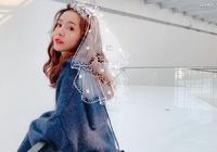 陳赫嬌妻張子萱穿小白裙雨中甜笑,扎馬尾聳肩俏皮可人!