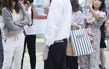 蔡徐坤機場遭迷妹瘋狂圍拍,黑白裝十分簡約帥氣