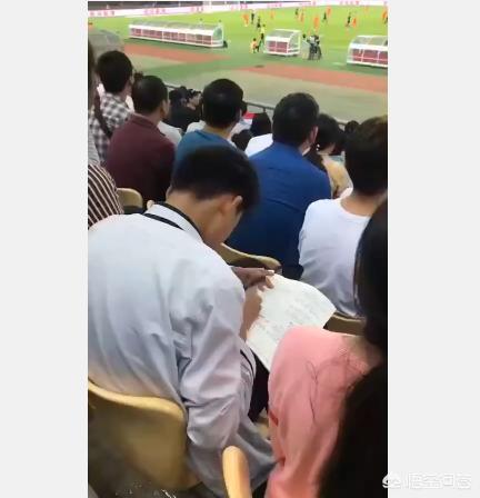 中泰之戰一小球迷走紅,場邊埋頭寫作業,比賽連看都不看一眼,你怎麼看?