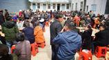 300多人肚子餓得咕咕叫,坐在桌邊等飯吃,村民們都說千萬別催