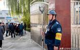 """農村小學校園門口1.8米高""""門神"""",手持鋼叉,身穿防彈背心!"""
