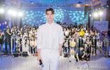 李易峰出席品牌活動,一身襯衫西褲全白造型,盡顯寬肩細腰大長腿