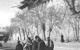 日本攝影師拍攝的老照片,1940年的北京,日本女子在鏡頭前很自然
