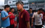 廣州恆大淘寶抵達虹口備戰,大批上海球迷求合影簽名