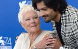 M夫人朱迪丹奇和阿里扎勒一起現身威尼斯電影節,勾肩貼耳熱聊