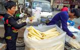 農村母子在大街邊用機器榨美食賣,8塊錢一斤生意火爆,你吃過嗎