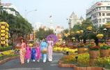 遊客在胡志明市旅遊 深深被愛穿奧黛服裝的越南女人吸引