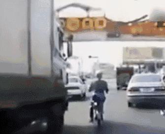 "「微警示」""遠離大貨車""、""遠離大貨車""、""遠離大貨車""……"