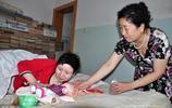 收養腦癱女嬰34年,61歲作家一生未曾生育,卻為一句話做親子鑑定