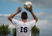 足球比賽中,守門員如果用手拋球扔進對方球門裡,算進嗎?