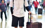 俞灝明白T黑短褲自推行李箱現身機場 口罩遮面超低調手插兜耍帥