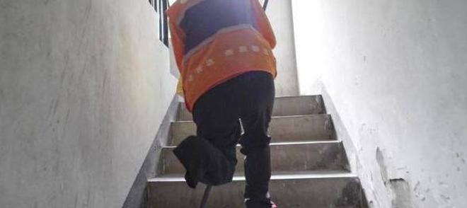 38歲獨腿外賣哥不信命,爬7樓僅41秒,客戶:你不拿我就投訴