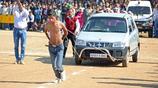 實拍印度的奇葩比賽,人可以拉著千斤汽車跑起來