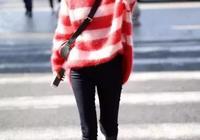 迪麗熱巴跟李沁機場同穿毛衣,都是90後氣質卻差了這麼多