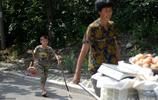 山東8歲男孩幫奶奶擺攤賣菜,爸媽在城裡打工,男孩:要幹活養家