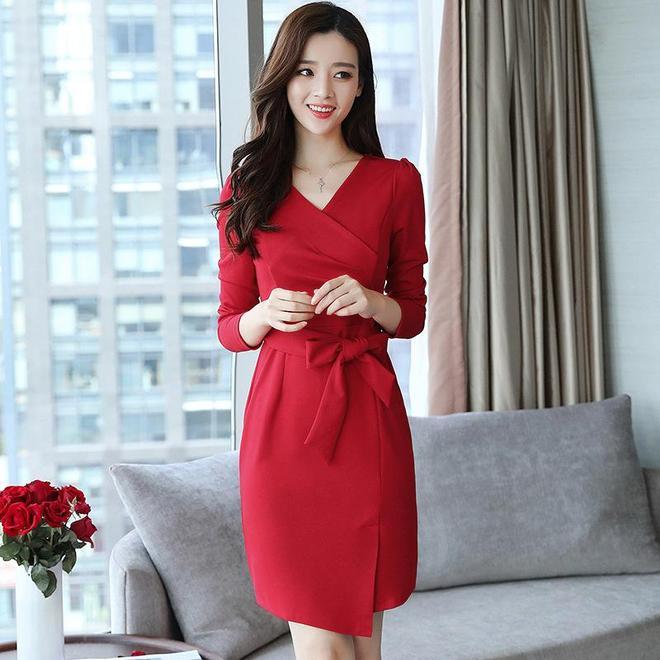如今的女人太會穿了,皮衣+小皮裙或高腰的連衣裙都是特別吸睛的
