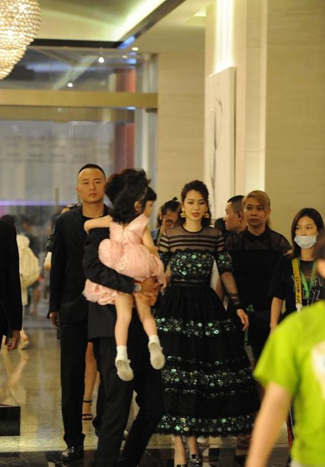 張丹峰一家三口近照曝光,女兒萌態十足,妻子洪欣漂亮如少女