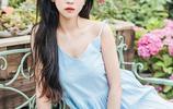 簡影:鮮花海洋裡的連衣裙少女清秀唯美