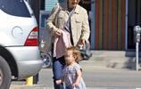 娜塔莉·波特曼攜女兒在洛杉磯街頭,女兒呆萌可愛