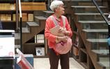重慶:網紅書店鍾書閣不再限制客流 白髮大媽拿ipad打卡