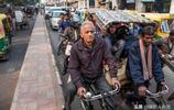 印度首都街頭實拍:交通混亂不堪,自行車和汽車堵在同一條路上