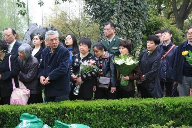 實拍著名主播張培出殯,侯耀華、曹可凡悼念,上千群眾冒雨送別
