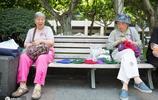 退休奶奶西湖邊打毛線,一個編織包賣50元,笑稱不為掙錢