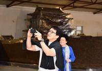 """""""唐僧""""遲重瑞陪成龍看紫檀木,老婆陳麗華的紫檀博物館大的像皇宮"""