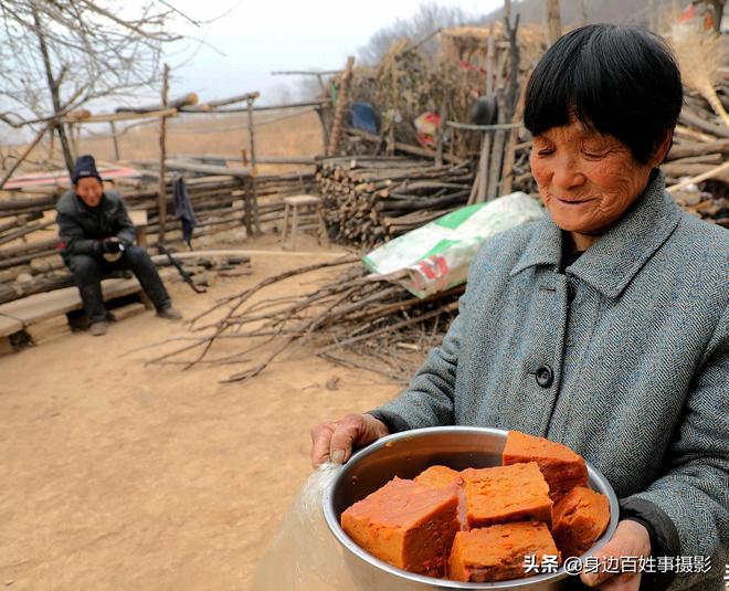 農村偶遇7旬夫妻,老人熱情端出稀罕美食招待,好吃!是啥做的?