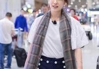 40歲的秦海璐純棉T恤配格子圍巾,戴佩奇耳環,美得大氣又減齡