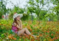 花叢中的花裙美女