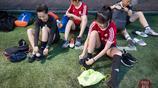 高顏值女子球隊球技出眾 男粉絲為比賽乘飛機踢球