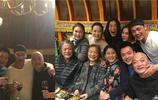 49歲邵兵生活近照,同學聚會俞飛鴻也在,雙胞胎兒女13了,妻子人藝當家花旦顏值爆表