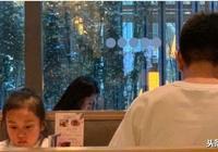 網友偶遇賈乃亮帶甜馨吃飯,甜馨全程無視爸爸,很少和爸爸對視