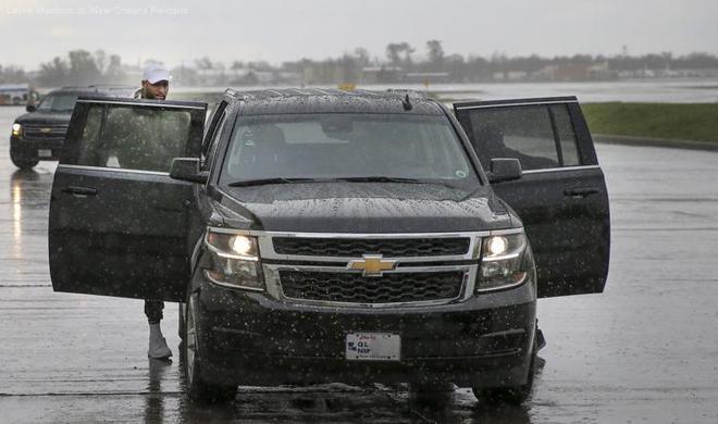 考辛斯雨中抵達新奧爾良,獲鵜鶘隊老闆親自接機!