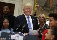 特朗普在白宮舉行活動 與教育部長拉手互動