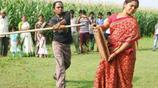 他被稱為印度絕世好男人,為了賺錢只能拿老婆出來表演