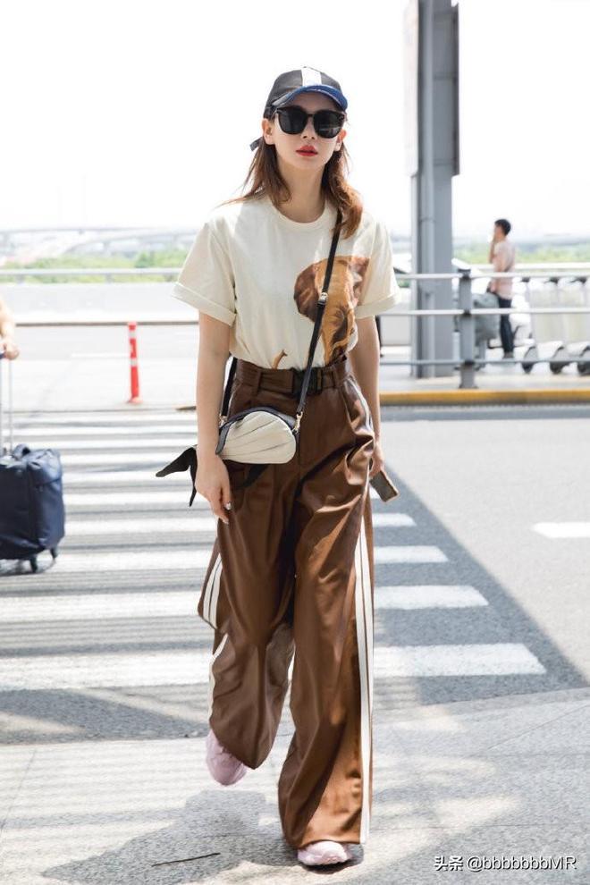 戚薇印花T恤搭配棕色高腰闊腿褲現身機場,休閒大方,簡潔幹練