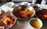 東北煤礦普通人家的三頓飯,葷菜撤下,大鐵盆上素燉菜,吃得山響