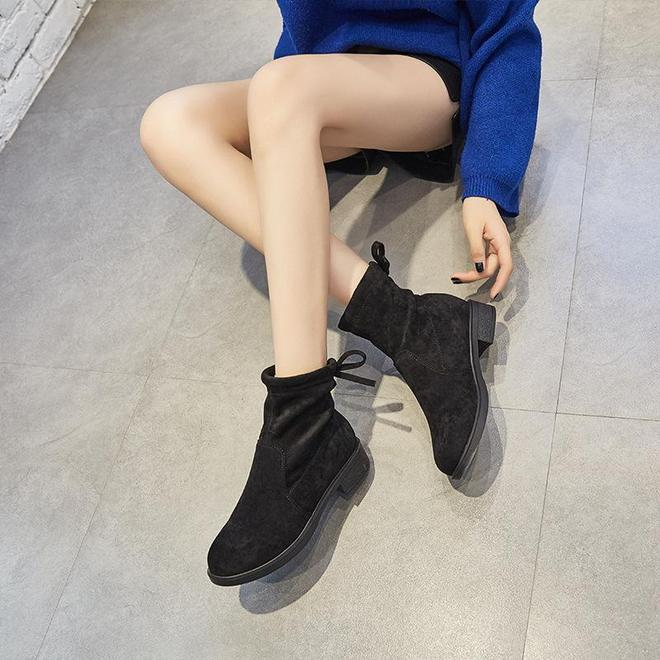 """又出一女鞋:叫""""少女靴"""",款款洋氣顯氣質,80後穿更是美極了"""