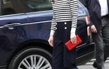 凱特王妃出席活動,身穿黑白條紋上衣搭配直筒休閒褲,簡約大方