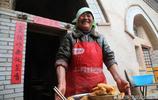 城裡工作兒子週日回家,6旬農村大媽柴火燒了4小時,做出兩種美食
