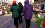 縣城三位老年人趕農村大集每人都買了一份油條,這油條很特別嗎?